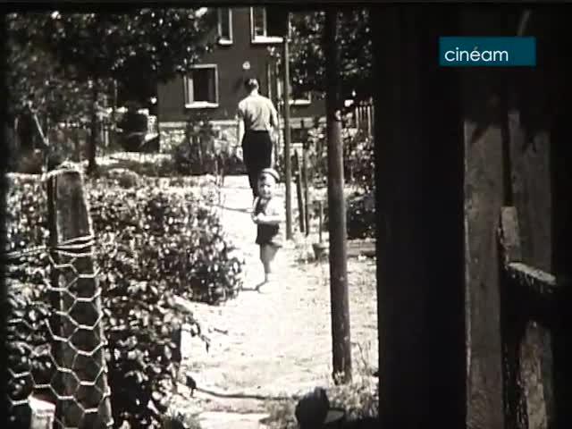 Patrick joue dans le jardin et dans la rue